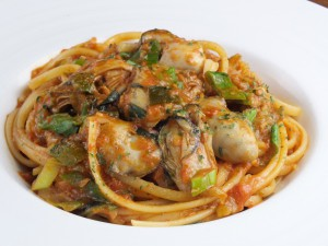 広島産牡蠣と九条葱、自家製ロザマリーナのアラビアータ リングイネ